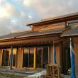 (仮称)おおらかに暮らしを包み込む数寄屋の家新築工事の現場は建築工事の完成が近づき、建築本体の住まい手さんへの引き渡しに向けての予定と空間美の昇華中、そして続く外構(庭園)工事へ和風と和モダン。