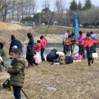 第8回犬飼川少年少女アマゴ釣り大会の様子(写真)