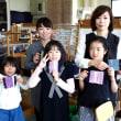 お母様と手織り体験の小学生たち