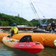 護岸工事を止めるために、カヌーと船で抗議が続く。