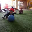 あか 0歳児 体育館下で遊んだよ
