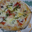 今夜はPIZZAREVOのピザ