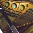 塗装に映るピアノの内部