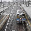 日曜日の雨のJR松山駅