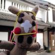 ぬいぐるみマジュウローくん金子みすゞ記念館にあらわる!! …1年前だけど