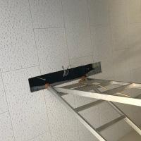 研究棟階段の蛍光灯ユニットの交換