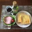8/15(月)朝食(食パン、サラダ、コーヒー)。