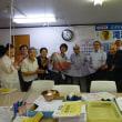 草木染友禅作家の小山仁郎さん、政治の刷新をスカーフにこめ長瀬さんに。