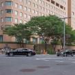 2017.08.21 西新宿 中央公園北交叉点: 「天皇旗」の車列が行く