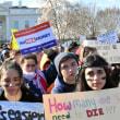 キャベツとレタス苗を植える。全米の高校生「もうたくさんだ!」乱射事件1カ月で抗議