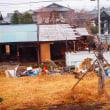 木造家屋解体機が思い出を破壊している。 麻屋与志夫