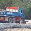 K9護岸から石材の陸揚げ始まる---1日にダンプ110台分ほどの陸揚げがせいいっぱい // 基地の中だからといって過積載は許されない!