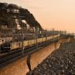 夜明の須磨海岸を往く「福山レールエクスプレス」