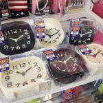 新生活のスタートに新しい時計!ダイソーのモノトーン置き時計が人気