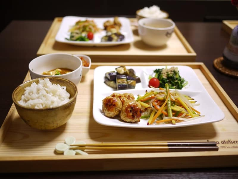 ふんわり鶏のつくねと野菜炒めのプレートご飯。