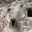 不思議な岩窟墓・吉見百穴