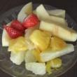 健康の秘訣は、食後に頬張る果物と一緒に飲む赤ワインのせいかも!