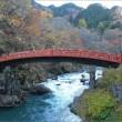 秋色の中の神橋