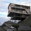 知らなかった「あの物件」。建物の下の方の住民たちは、台風のとき、外泊か。これ、世界びっくり情報の一つにランクインしてないか