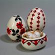 刺繍の図案を付けてある陶器の卵