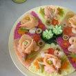 海外で自分を励ます。丸いお持ち帰りパックで「押し寿司」作ろ。スモークサーモンでバラの花、踊り花。