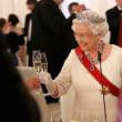 ワイングラスの持ち方。ステムを持つと欧米では? 女王様もそうですけど。
