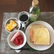 8/14(月)朝食(食パン、サラダ、玉子焼き)。