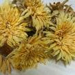 夏の終わりの黄色い布花たち