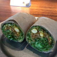 SNS映えサラダ 断面美層 粗挽き肉と国産大豆のキーマカレーとドライトマトのラップグリーン グリーンボウル恵比寿店