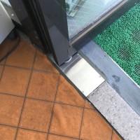 風でドアが勝手に開いてガラスが割れる