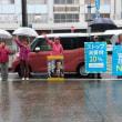 津新町駅で雨のなかスタンディング