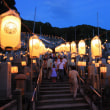 ゆらめく光、墓参静かに 京都で東大谷万灯会