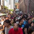 「雨傘運動」指導者の実刑判決に抗議、数万人がデモ 香港