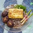 煮含めた干し椎茸を厚焼き玉子蕎麦に添える朝