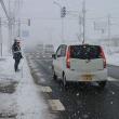 厳しい寒波で吹雪いた町も