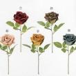 レザーのような風合いの造花のバラ