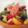 パート・シュクレにクレーム・ダマンドを敷いて焼き、フルーツをたっぷりのせた季節のフルーツタルトです。