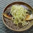 キャベツの胡麻酢味噌和えを焼き鯖蕎麦に山盛りにする朝