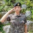 """""""入隊中""""2PM ウヨン、凛々しい軍服姿を公開…基礎軍事訓練を終え元気に敬礼ポーズ"""