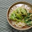 御蔵島のフキノトウを天ぷらにしてうどんに並べる朝