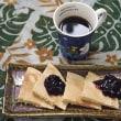 蕎麦粉のパンケーキにブルーベリージャムを添える朝
