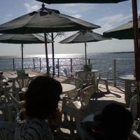 海に張り出したテラスのあるレストラン
