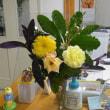 マリーゴールドと医院の受付の生け花
