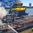 自航バージで火災    オランダ