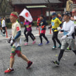 サァ!ノルディックウォーキングで帰ろうかな まだまだ続く東京マラソン