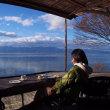 休日の午後は湖岸のカフェで