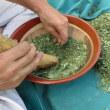 七日盆(なぬかぼん)の抹香(まっこ)作り