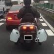 「振り分け荷物を運ぶバイク」