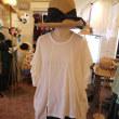 オフホワイト・ゆったり袖の半袖Tシャツ
