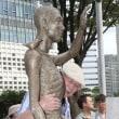 ソウル鍾路区(チョンノグ)の旧駐韓日本大使館前の「平和の少女像」の隣にも「強制徴用労働者像」の設置が推進されている。